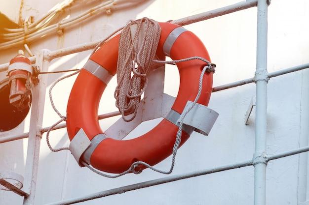 Bóias de vida em corrimãos de fragata ou navio de guerra. corda enrolada em corrimãos com salva-vidas.
