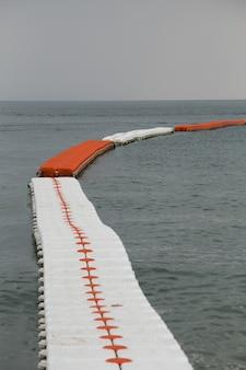 Bóias do mar, separador de zona de natação segura.