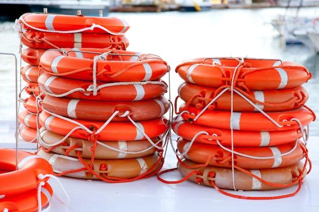 Bóias salva-vidas redondas empilhadas para segurança do barco