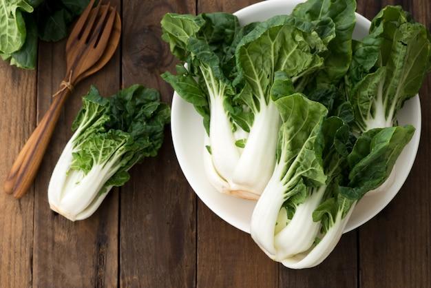 Bok choy ou mini bok choy, legumes asiáticos chineses em madeira