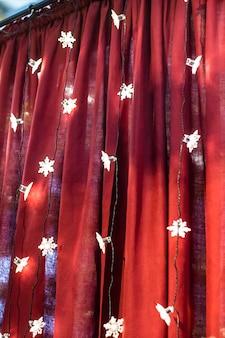 Bokeh abstrato com fundo vermelho de luzes de natal