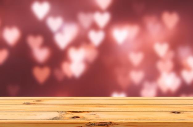 Bokeh amor corações fundo vermelho com expositor de mesa de madeira