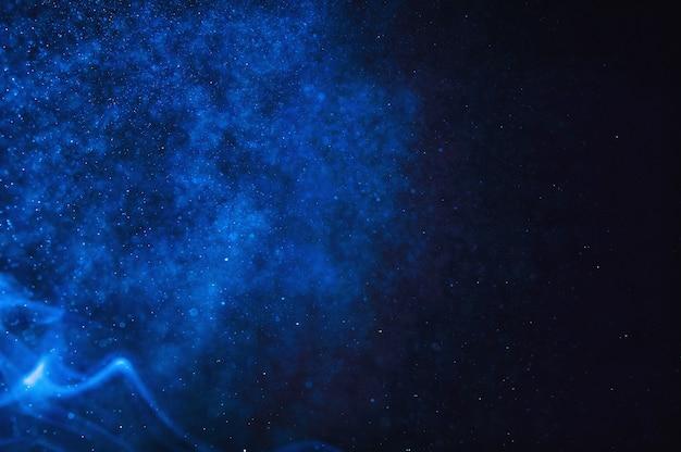 Bokeh azul sobre um fundo preto explosão subaquática do espaço. fundo abstrato