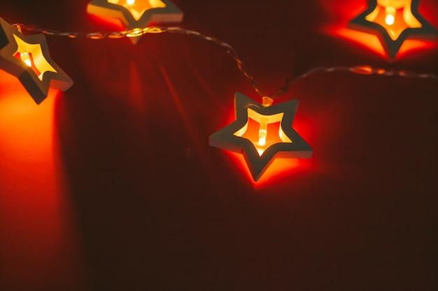 Bokeh bonito luz de estrela em forma de festão no escuro