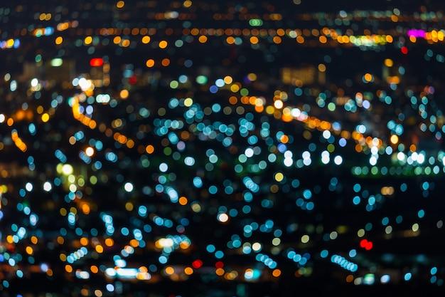 Bokeh circular abstrato claro colorido da cidade no fundo da noite.