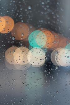 Bokeh colorido na janela enquanto chove