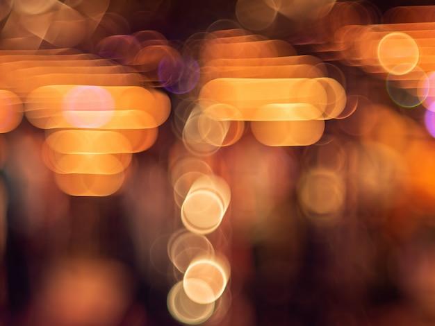 Bokeh colorido uma desfocagem de luz à noite.