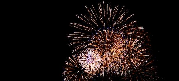 Bokeh com turva lindos fogos de artifício brilham céu cheio