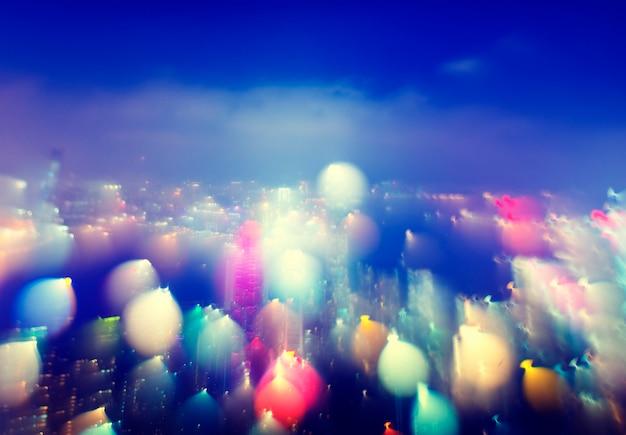Bokeh de luzes desfocadas coloridas de construção de cidade cênica