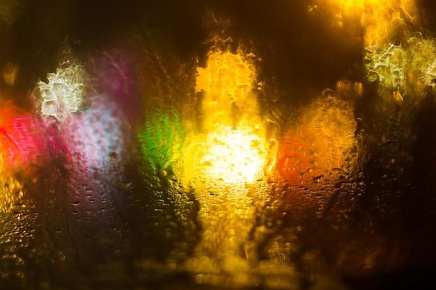 Bokeh desfocado colorido ilumina o fundo. fundo abstrato do brilho da cidade.
