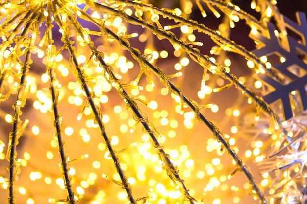 Bokeh desfocado fundo do ouro natal
