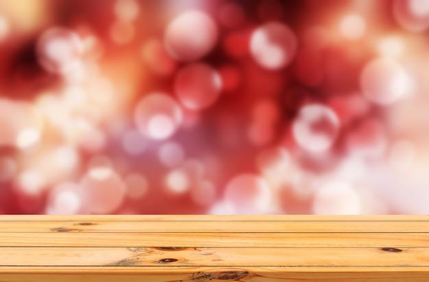 Bokeh fundo vermelho ao ar livre com expositor de mesa de madeira