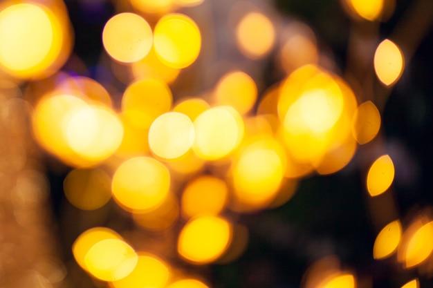 Bokeh ilumina o fundo. luz colorida dourada abstrata. conceito de natal.