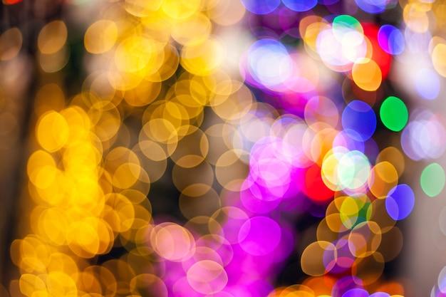 Bokeh ilumina o fundo. luz multicolorida abstrata. conceito de natal.