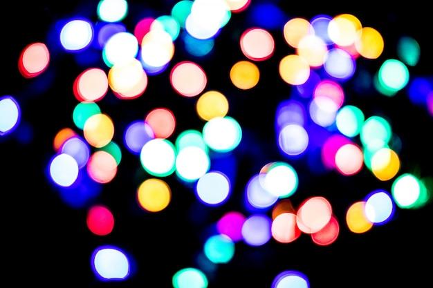 Bokeh ilumina o fundo. luz multicolorida abstrata. conceito do natal