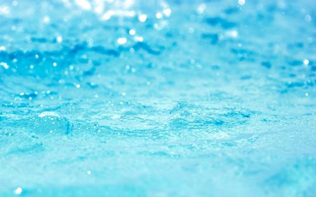 Bokeh luz de fundo na piscina azul água