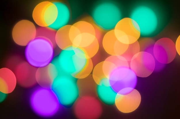 Bokeh multi-colorido abstrato em um fundo preto. resumo desfocado luzes ba de natal