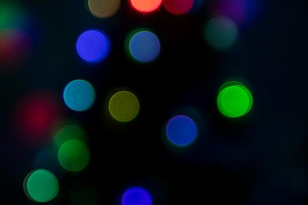 Bokeh multicolorido em fundo escuro