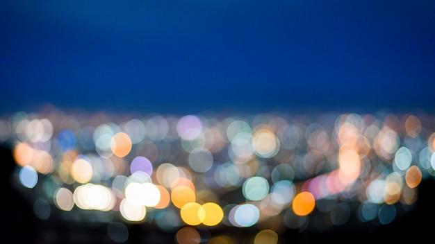 Bokeh urbano abstrato da luz da noite da cidade do ponto de vista no topo da montanha, chiang mai, tailândia