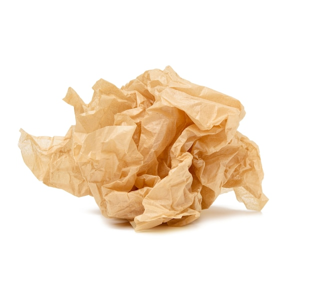 Bola amarrotada de folha de papel pergaminho marrom isolada na superfície branca, elemento para designer