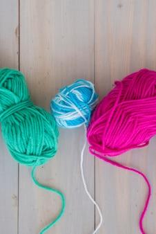 Bola colorida de lã na mesa de madeira
