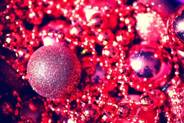 Bola colorida de natal em uma caixa
