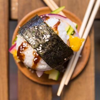 Bola de arroz com nori e legumes