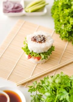 Bola de arroz, rodeada por legumes