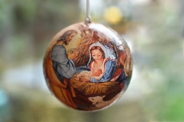 Bola de árvore de natal com cena do nascimento de jesus cristo