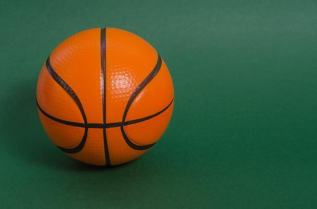 Bola de basquete em um gramado