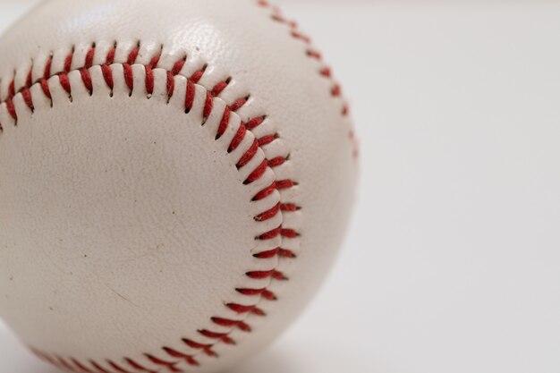 Bola de beisebol isolada no branco