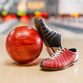 Bola de boliche vermelha e sapatos de boliche