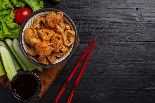 Bola de carne frita na superfície de madeira escura. Foto gratuita