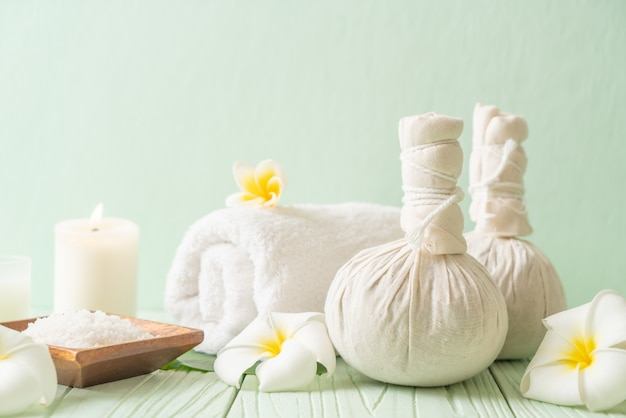 Bola de compressão herbal de spa com velas e orquídea