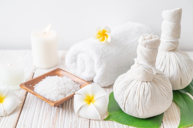 Bola de compressão herbal de spa com velas e orquídea