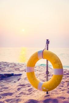 Bola de cor natação água da praia