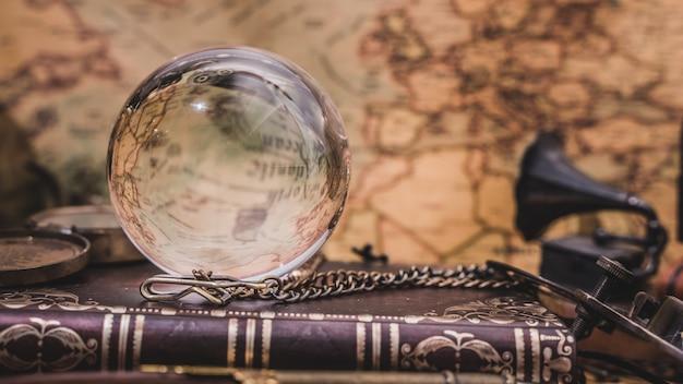 Bola de cristal com livro