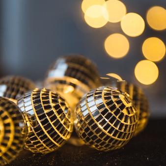 Bola de cristal de close-up decorada na noite de natal