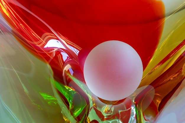 Bola de cristal fosco em vaso de cristal colorido