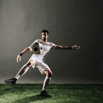 Bola de cruzamento de jogador de futebol
