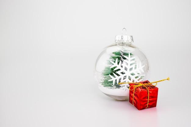 Bola de decoração de natal, vermelho presente no fundo do estúdio