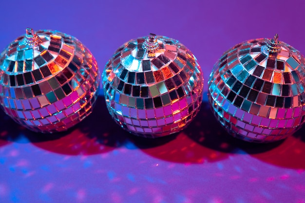 Bola de discoteca brilha no roxo close-up