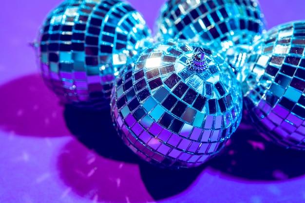 Bola de discoteca brilha no roxo