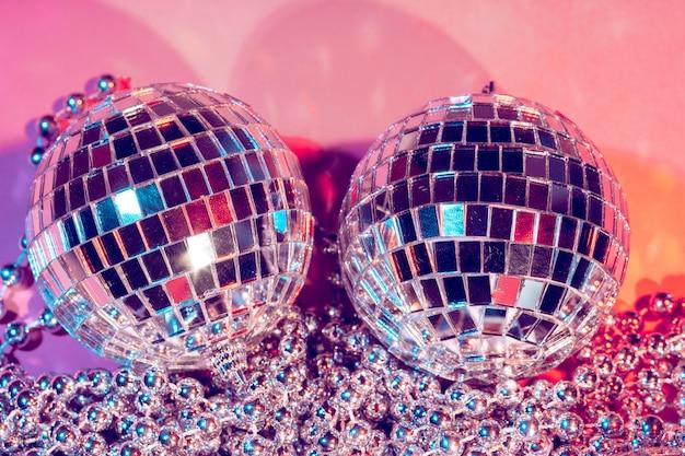 Bola de discoteca bugiganga na cor rosa. conceito de festa