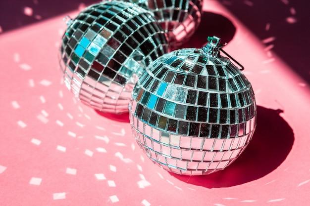 Bola de discoteca bugiganga na rosa, conceito de festa