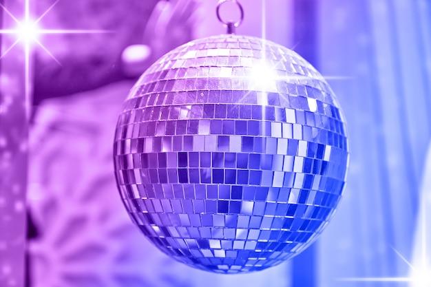 Bola de discoteca com brilhantes raios de luzes