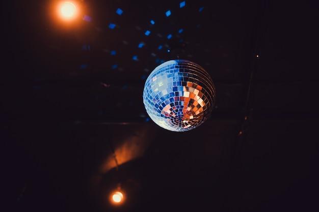 Bola de discoteca com raios brilhantes