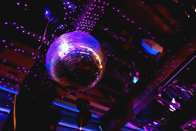 Bola de discoteca de espelho roxo brilhante