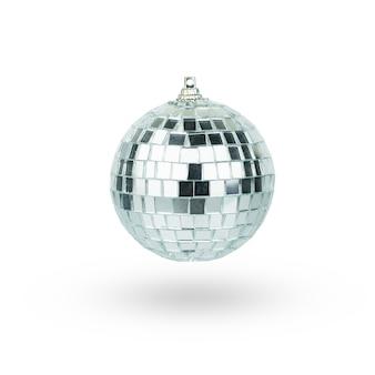 Bola de discoteca pendurado no chainlet isolado no branco