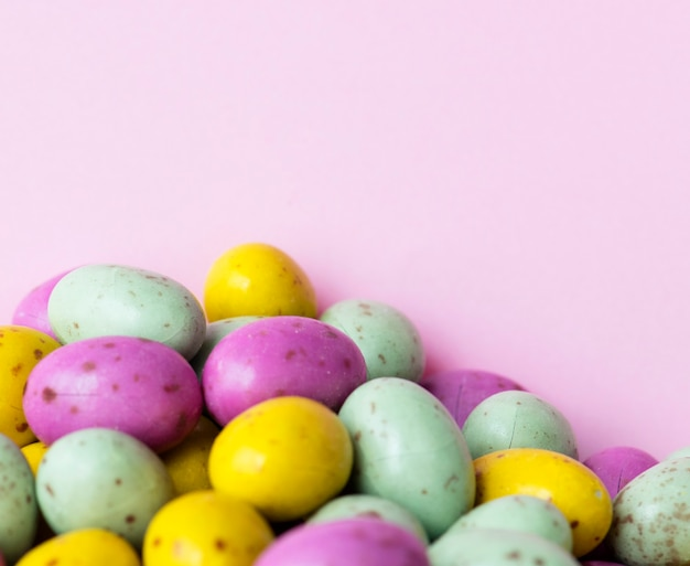 Bola de feijão de ovo com fundo de chocolate